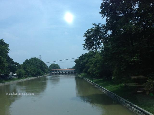 Sungai Citarum dan pintu air walahar