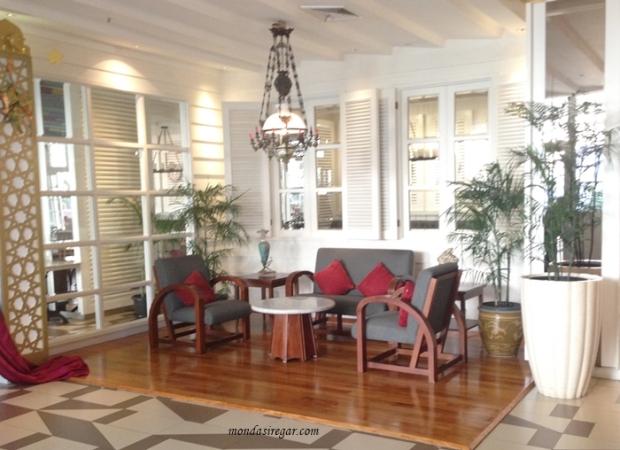 interior hotel 1o1 Bogor Suryakancana, perangkat sofa model sedan, interior vintage